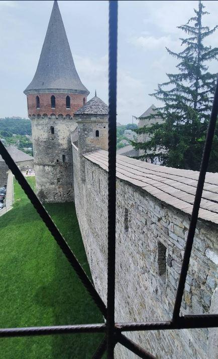 Хотинская крепость, для чего на окнах металические вставки, что это?