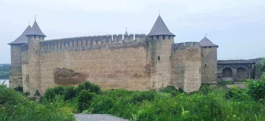 Здание служит защитой от врагов, как называют такие сооружения?